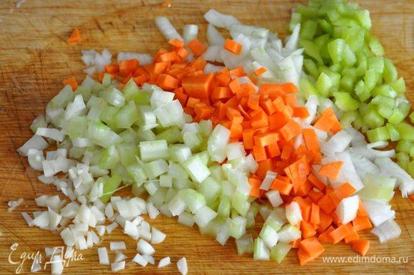 Небольшими кубиками нарезать овощи (морковь, лук, сельдерей, перец и чеснок)