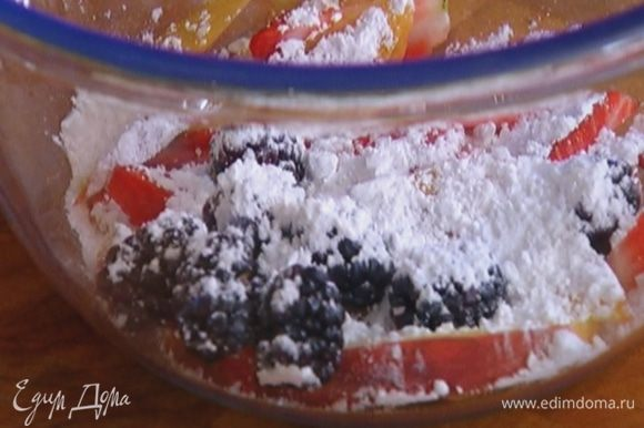 Персик, клубнику и ежевику посыпать 1 ст. ложкой сахарной пудры и дать немного настояться, затем перемешать.