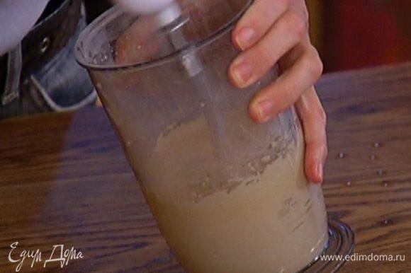 Сахар взбить с двумя желтками, всыпать крахмал, влить ванильный экстракт и еще немного взбить.