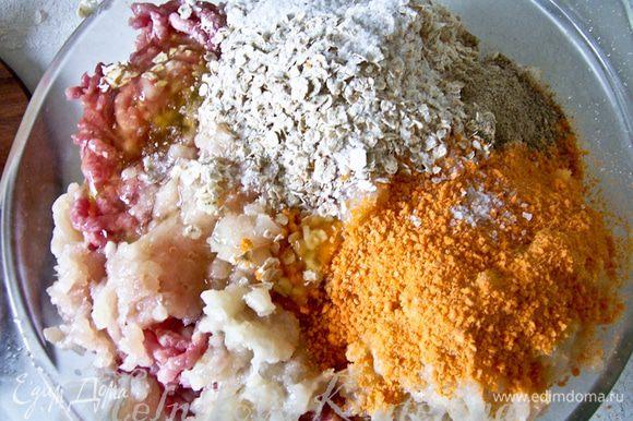 Куриное филе пропустить через мясорубку с луком. Добавить к фаршу овсяные хлопья, панировочные сухари, соль, перец, мелко нарезанную петрушку. Тщательно все перемешать.