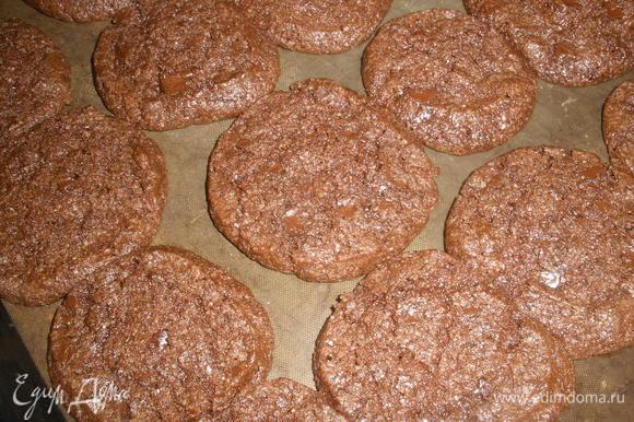 Выкладываем печенье на противень на хорошем расстоянии друг от друга, застеленный бумагой для выпечки (ее немного смазать маслом), у меня спец. коврик, я без масла (всем рекомендую).