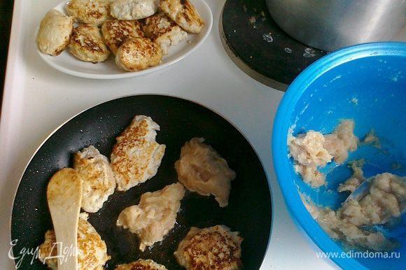 """Разогреть сковороду с оливковым маслом. Ложкой выложить на нее фарш в произвольной форме (обваливать в муке и т.д. не нужно). Обжарить на умеренном огне, так, чтобы мясо подрумянилось, но при эт ом не подгорело. Нужно быть внимательными: из-за сладости яблока """"зернышки"""" быстро схватываются. В конце добавить немножко водички и накрыть крышкой, чтобы котлетки пропарились."""