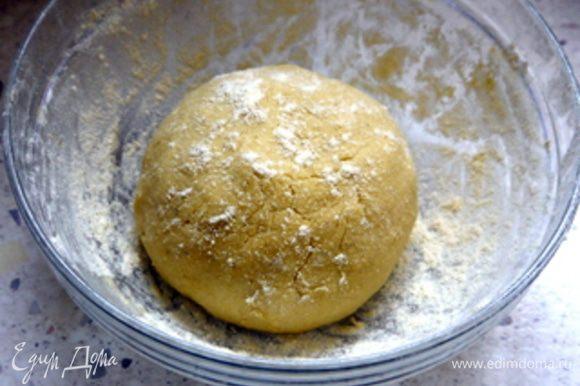 Для теста пальцами перетереть в широкой миске муку с мягким сивочным маслом. Добавить щепотку тертой лимонной цедры, сахарную пудру, желтки, щепотку соли, молоко и хорошо вымесить тесто. Завернуть тесто в пленку и положить в холодильник на 30 минут.