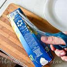 Поставить коробку в холодильник вертикально на 5-6 часов, а лучше на ночь. Достать из холодильника, положить на разрелочную доску, разрезать коробку и достать сальтисон.