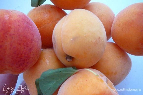 Приготовить начинку. Для этого абрикос вымыть и удалить косточку.
