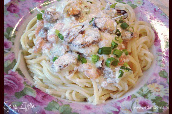 Готовые морепродукты в соусе кладем на отваренные спагетти! Приятного аппетита!
