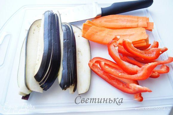 Пока рис с курицей доходят до готовности, нарезаем баклажаны, морковь и перец (помидор). Для нарезки моркови воспользовалась овощечисткой.