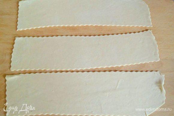Тесто раскатываем тонко и вырезаем полоски