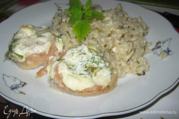 Рис и рулетики выкладываем на тарелку и украшаем мятой. Мятный рис с рыбными рулетиками готов. Очень вкусен со свежим огурцом:) Приятного аппетита!;)