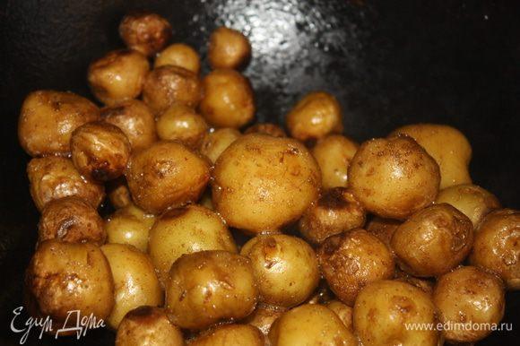 Довести картофель до готовности периодически помешивая его. В это время нужно открыть окна – казан с картошкой будет дымить, а так же слегка пищать и гудеть – не пугайтесь, это нормально :)