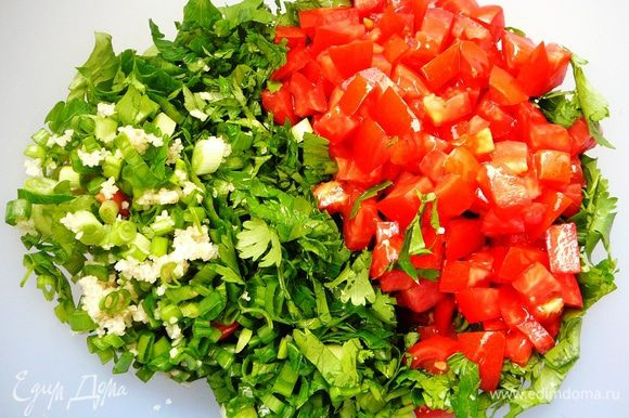 Соединить булгур, зелень и помидоры. Полить лимонным соком, посолить, поперчить и заправить оливковым маслом. Перед подачей охладить... В Ливане это едят зачерпывая листьями салата.