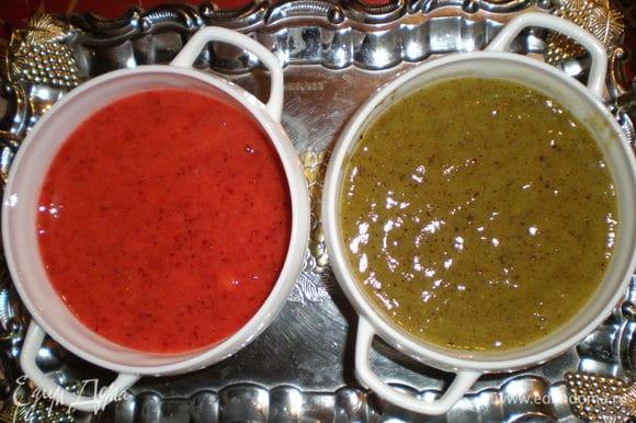Очищенную клубнику и киви измельчить в блендере до состояния мусса. Добавить сахар по вкусу.