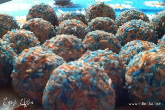 Разделить на 3 неровные части. В большую добавить какао, в среднюю - измельченное печенье, а в меньшую - смолотые орехи! Все!Теперь работаем ладошками. Из ореховой массы скатываем шарики. Каждый заворачиваем в лепешку из песочной массы, и потом из шоколадной! Так проделываем со всеми! После обваливаем в цветной стружке! Получается такой тройной шарик. Отправляем в холодильник на 30-40 минут.