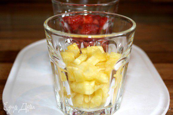 Из оставшегося ананаса удалить сердцевину нарезать по половине стакана ананаса и клубники на кубики.