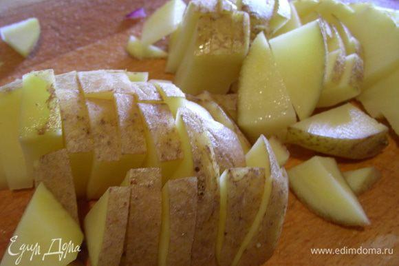 Когда суп закипит, добавляем нарезанный кубиками картофель. Готовим на среднем огне минут 25, до мягкости овощей. Крышкой лучше не накрывать и супчик помешивать, иначе может убежать.