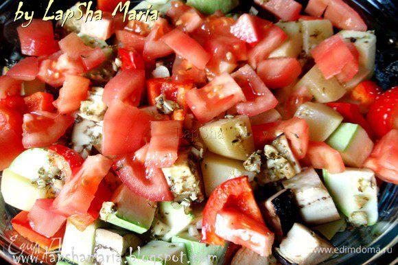 С помидора снимаем кожицу и нарезаем на небольшие кубики, кладем сверху овощей и запекаем ещё 20 минут.