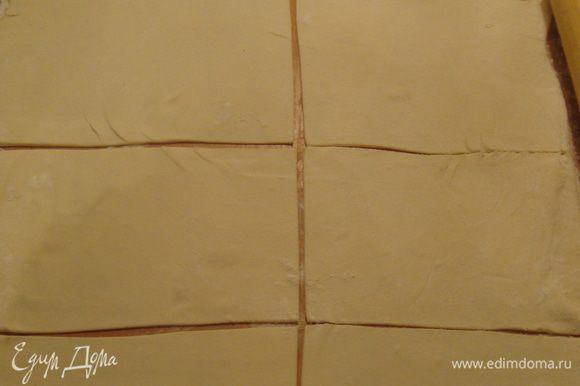 тесто раскатываем и разрезаем на квадратики - прямоугольнички
