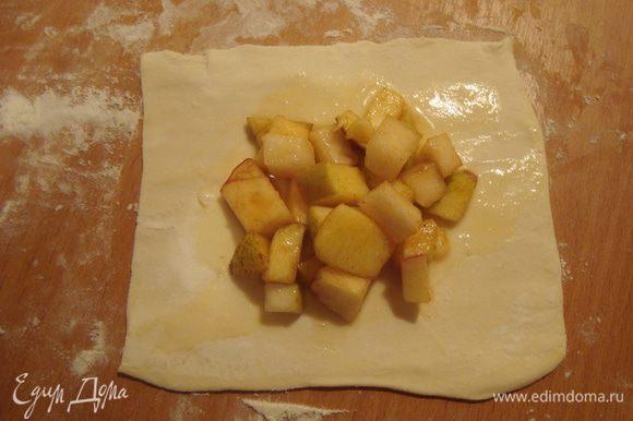 кусочек теста смазываем яйцом, посередине кладем начинку. стараемся выкладывать без сока(он еще пригодится)