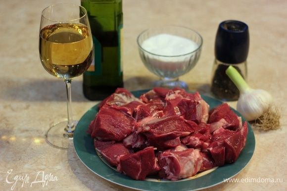 Как видно, состав блюда очень прост. Если вы найдете хорошую молодую баранину, то результат будет просто восхитителен. Не забудьте, что и вино и чеснок тоже должны быть хорошими. Вино должно вам нравиться, а чеснок твердый - лучше молодой.