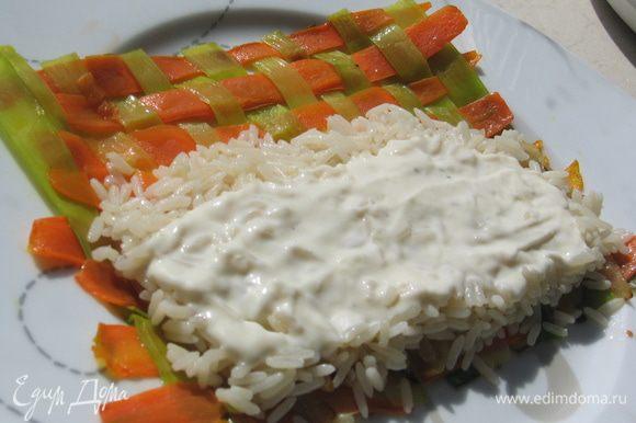 Сверху выложить рис и сырный соус (соус можно приготовить так: http://www.edimdoma.ru/retsepty/40955-zapechennyy-kartofel-s-gribami-v-syrnom-souse)