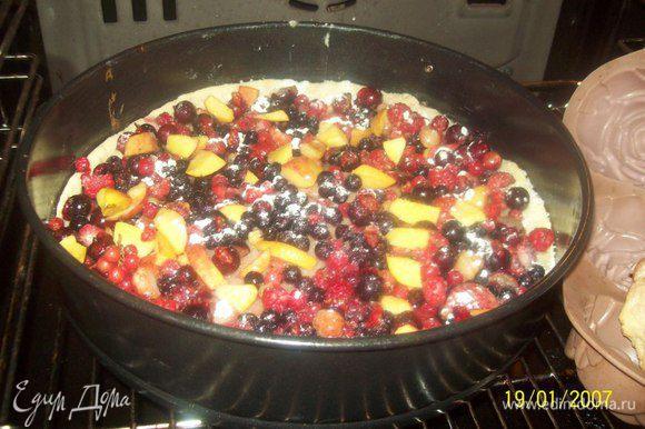 Вынуть корж из духовки, выложить на него ягоды и отправить обратно в духовку еще на 20 минут. Готовый пирог посыпать оставшейся сахарной пудрой.