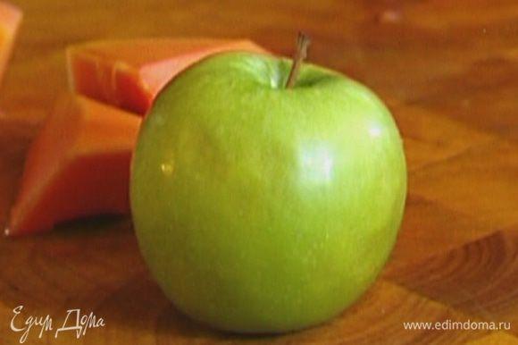 Вырезать сердцевину у яблока.