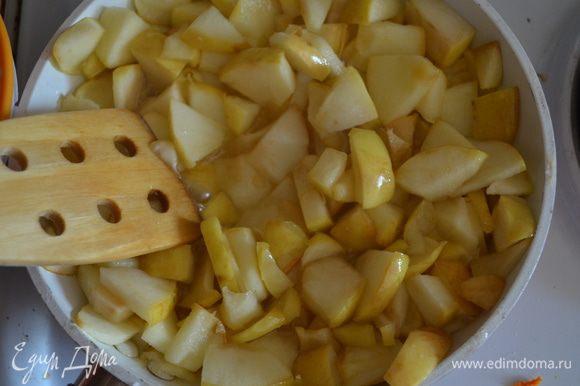 Для яблочной: яблоки мелко нарезаем (я не чистила), обжариваем на сливочном масле с сахаром до мягкости.