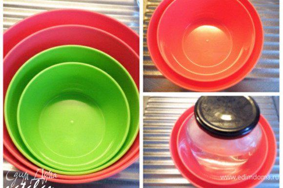 Подобрать две дозы (у меня набор доз для СВЧ) с разницей в диаметре 2 см: большая с диаметром 15.5 см, а меньшая - 13.5 см. Вставить меньшую дозу в большую. Хорошо отцентрировать. В меньшую дозу поставить груз (у меня банка с водой). Аккуратно залить персиковую смесь между стенок доз (в эмалированной кружке осталось грамм 200 желейной массы). Дозы с грузом поставить в холодильник для схватывания желе.