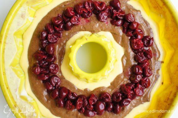 На шоколадное тесто выложить вишни (без косточек).