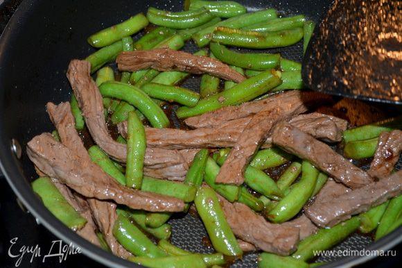 Выльем к фасоли соев.глазурь и наше мясо.Помешиваем все. Разогревая все блюдо/крышкой не закрывать/.