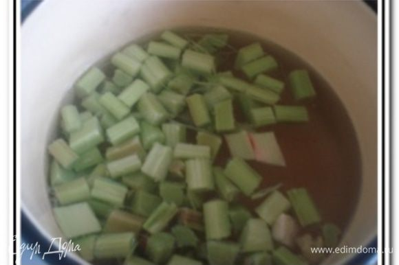 Воду довести до кипения, добавить ревень, сахар и варить 15 минут.