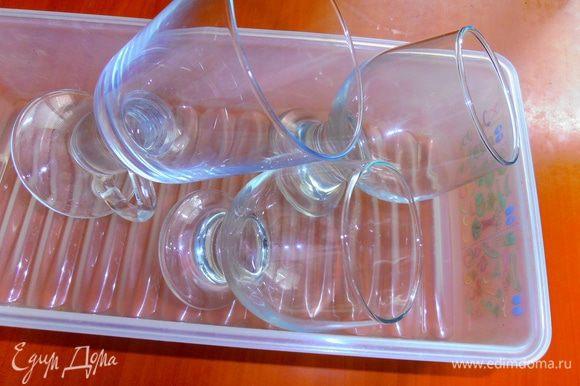 Для красивой подачи нашего десерта нужны фужеры или стаканы,а также коробка для отправки в холодильник.Можно их охладить для более быстрого приготовления десерта!