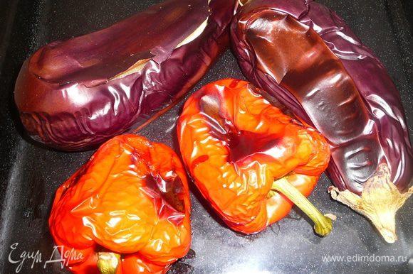Баклажаны и перцы запечь в духовке на сильном огне.