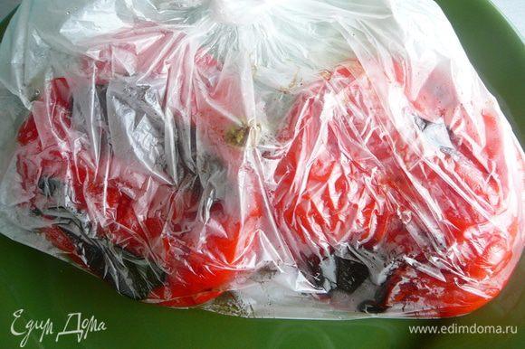 Для того, что бы было легче снять кожицу с перцев, поместить их на 10 минут в полиэтиленовый пакет.