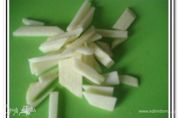 Яблоко очистить от кожуры нарезать соломкой.