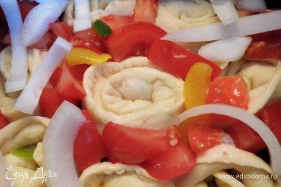 Овощи почистить, помыть и обсушить. Сладкий перец порезать короткими полосками, помидор - брусочками, а лук - четверть кольцами. Распределить овощи между и сверху Пельменчиков.