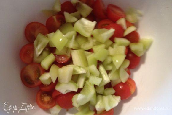 Болгарский перец порезать на кубики, добавить к помидорам