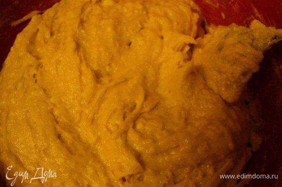 Добавляем сметану, соду, погашенную уксусом и муку. Замешиваем тесто. По консистенции тесто должно напоминать густую сметану.