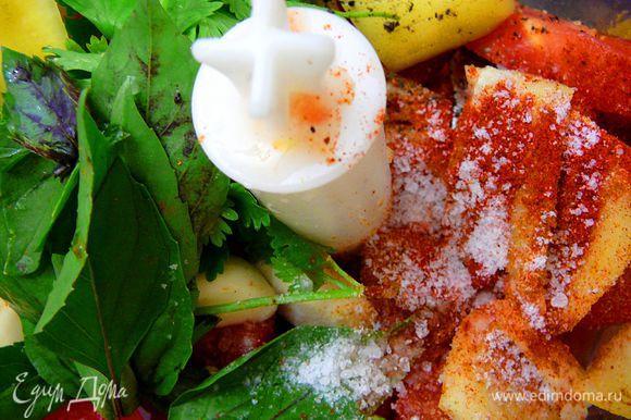 Для сальсы,томаты нарезать крупно,лук очистить,перец очистить от семян,чеснок очистить,кинзу и базилик вымыть,все сложить в блендер,добавить лимонный сок и специи,соль,перемолоть.