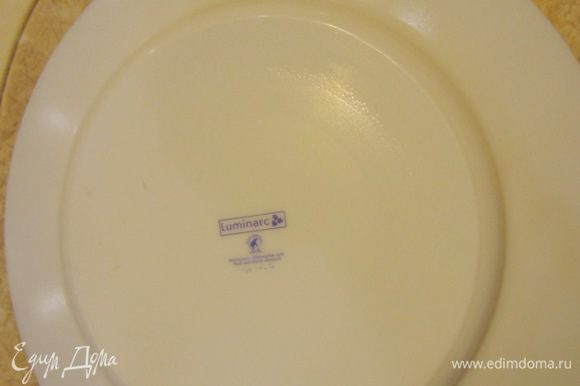 Раскатайте тесто до размера, необходимого круга. Я использовал большую тарелку диаметром 25 сантиметров. Вполне возможно, что вам не придется раскатывать тесто, т.к. вы предпочтете не делать такой большой пирог. Положите сверху тарелку и обрежьте лишние части теста.