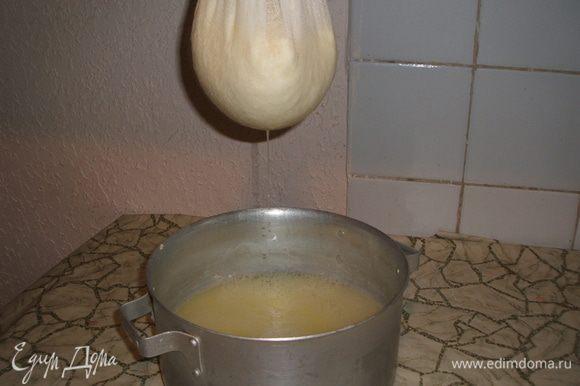 Затем на марлю откинуть содержимое и дать стечь сыворотке.