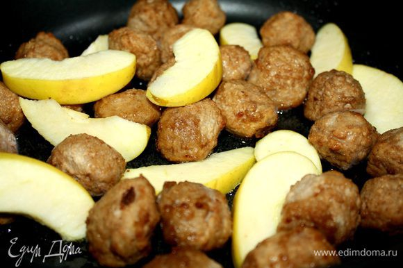 В фарш добавить измельчённые половину луковицы и чеснок.Хорошо вымесить и отбить фарш.Сформовать небольшие,с грецкий орех,тефтельки.Обжарить их на растительном масле.Добавить нарезанную дольками айву.