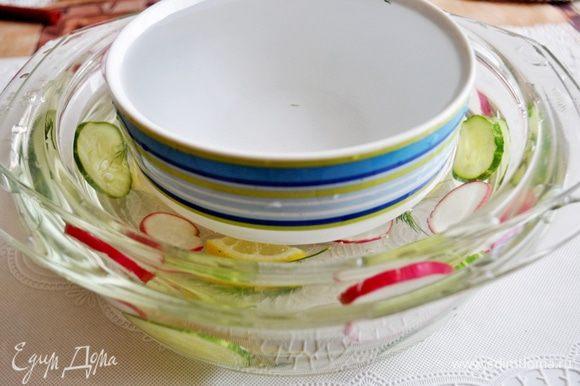 Поставить в большую чашу с овощами маленькую и залить воду между чашами.На дно меньшей чаши положить грузик (я поставла пиалу с водой).Поставить в морозилку часов на 5-6