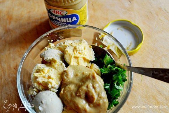 Жеток растереть с горчицей,добавить половину мелко нарезанного лука,посолить,перемешать.