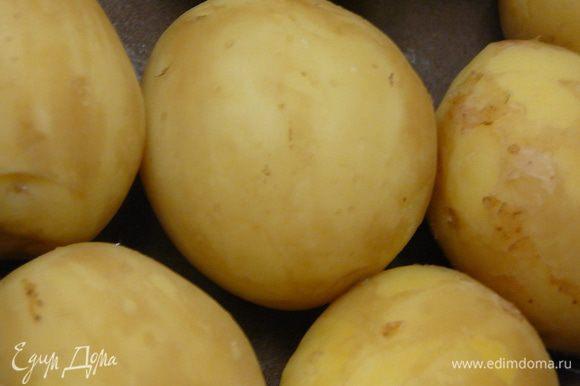 Картофель очистить и отварить в подсоленной воде, почти до готовности.