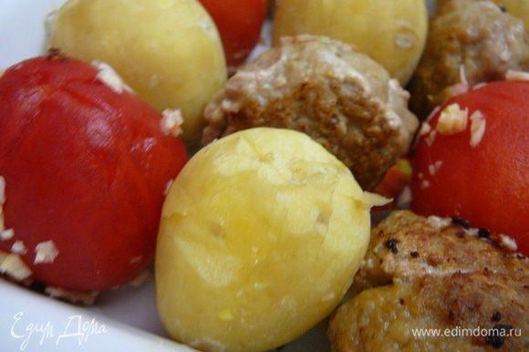 Теперь все уложить в жаропрочную емкость, чередуя помидоры, картошку и фрикадельки.