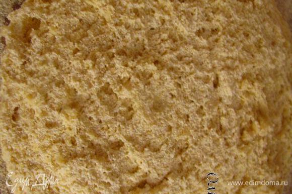 Присыпаем рабочую поверхность кукурузной мукой. Выкладываем тесто. Присыпаем слегка мукой.