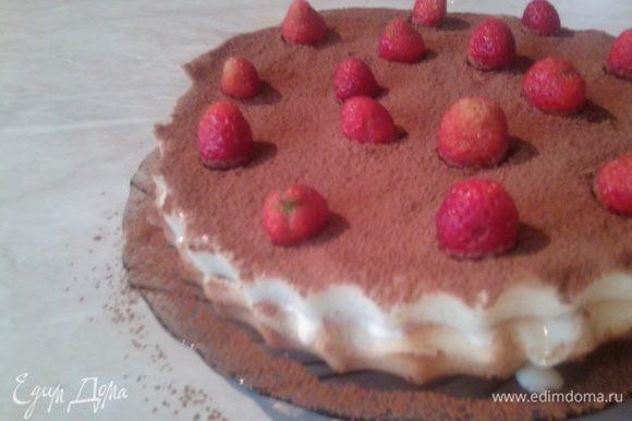 Самый верхний корж смазать кремом,посыпать какао,украсить клубникой.Убрать торт в холодильник часика на 2,для пропитки.
