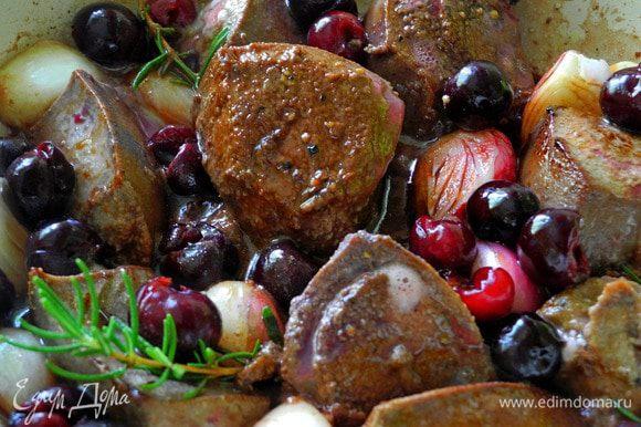 Все очень просто. Печень обдать кипятком, снять пленку. Нарезать крупными кусочками, посолить, поперчить и обжарить по 3 мин на оливковом масле, затем добавить вишню и розмарин, (можно добавить несколько луковичек шалота) и тушить минут 10 на медленном огне.