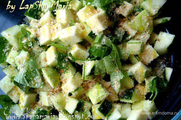 Теперь присыпаем овощи хлебными крошками и орегано, солим и перчим их. Сбрызгиваем маслом, перемешиваем и оставляем на 10-15 минут.